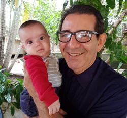 O radialista Arimatéia Júnior e o neto João Vicente Vieira Oliveira, de apenas quatro meses / Foto: Lima Rodrigues
