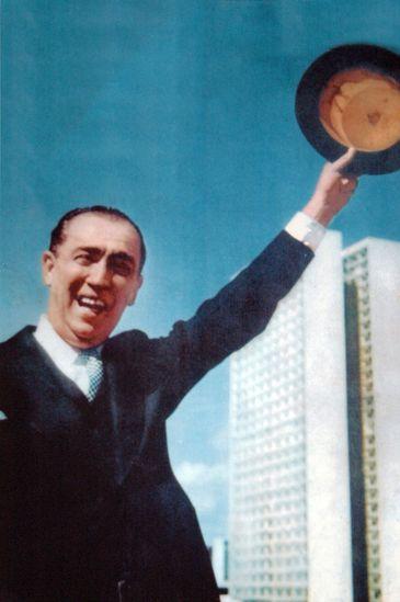 Juscelino Kubitschek com a cartola na mão na inauguração de Brasília - Gervásio Baptista/Arquivo Pessoal