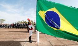 O presidente Jair Bolsonaro, participa da cerimônia de hasteamento da Bandeira Nacional, na área externa do Palácio da Alvorada