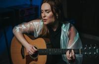 O multitalento de Luiza Caspary: carreira na música e no universo dos games