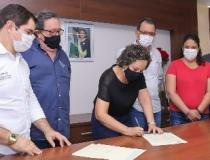 Josi Nunes entrega escritura para empresa instalada no Parque Agroindustrial