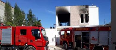 Corpo de Bombeiros debela incêndio em residência em Sobral