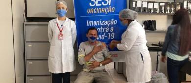 Trabalhadores da indústria de móveis, construção civil e alimentos são imunizados na região Tocantina