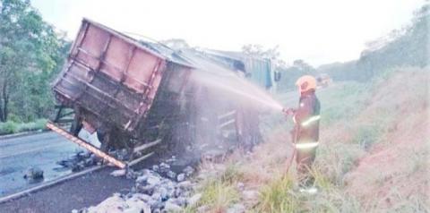 Bombeiros socorrem moradores de casas inundadas em Araguaína e apagam fogo em caminhão