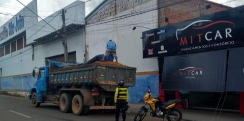 Agentes de trânsito intensificam fiscalização contra transporte irregular de areia