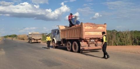 Motoristas são flagrados transportando areia e aterro sem lona de proteção