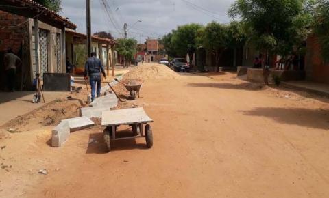 Prefeituraavança no bloqueteamento de ruas no bairro da Caema