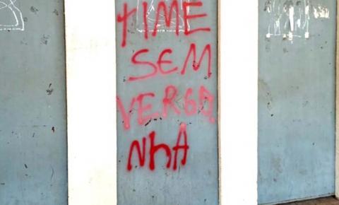 Torcedores do Imperatriz picham portões do estádio Frei Epifânio