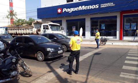 """Cidadania na Faixa"" orienta pedestres e motoristas na travessia segura na Avenida Getúlio Vargas"