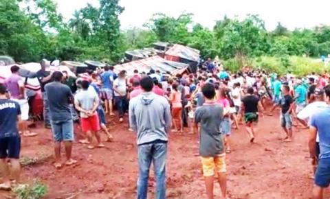 Moradores saqueiam carga de arroz após caminhão tombar na BR-226, norte do Tocantins