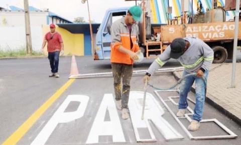 Mais de 10 bairros de Araguaína começam a receber sinalização de trânsito após novo asfalto