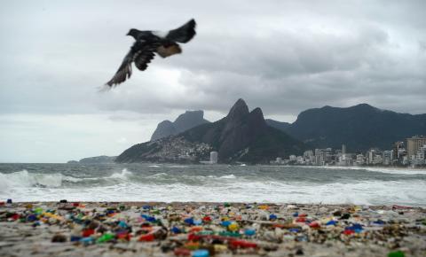 Brasil lança 325 mil toneladas de plástico no mar por ano