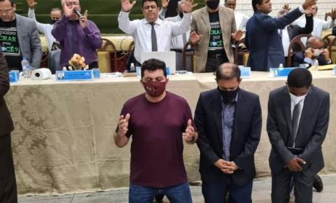 Deputado Josivaldo JP e o presidente da Câmara Alberto Sousa participam de reunião na Assembleia de Deus