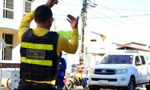 Agentes de trânsito orientam pedestres e motoristas no projeto Cidadania na Faixa