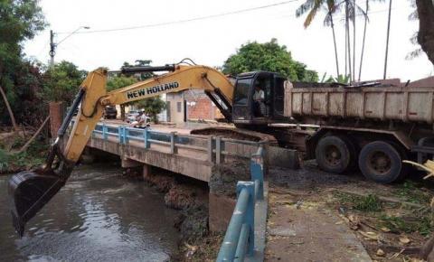 Máquinas aprofundam calha do riacho Bacuri para aumentar vazão e reduzir alagamentos