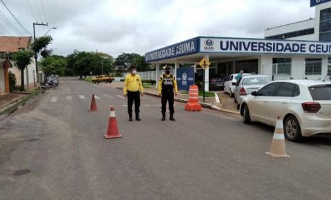 Agentes de trânsito auxiliam na organização de veículos durante vacinação Drive Thru
