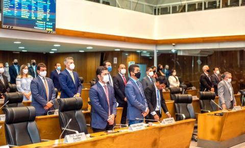 Plenário faz minuto de silêncio em memória das vítimas da Covid-19 no Brasil