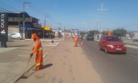 Limpeza da Avenida Pedro Neiva de Santana é efetuada