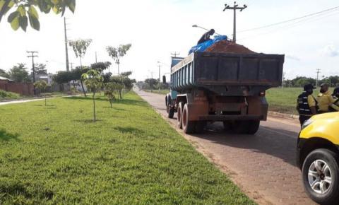 Com carga desprotegida, caminhões são flagrados transportando materiais no Jardim das Oliveiras