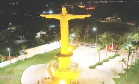 Monumento do Cristo de Araguaína ganha iluminação em homenagem ao Maio Amarelo