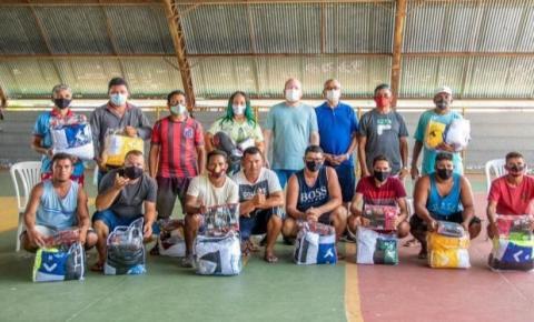 Em Barreirinhas, Othelino entrega kits de equipagens esportivas a times locais