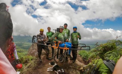 Após AVC, idoso cadeirante chega ao topo da serra da Corcova, em Roraima