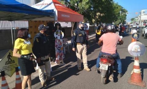 Blitz educativa conscientiza motociclistas para uso adequado de dispositivos de segurança