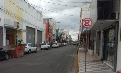 Nova sinalização proíbe estacionamento, embarque e desembarque de passageiros na Rua Sousa Lima no Centro