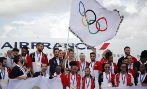 França recebe bandeira olímpica e promete
