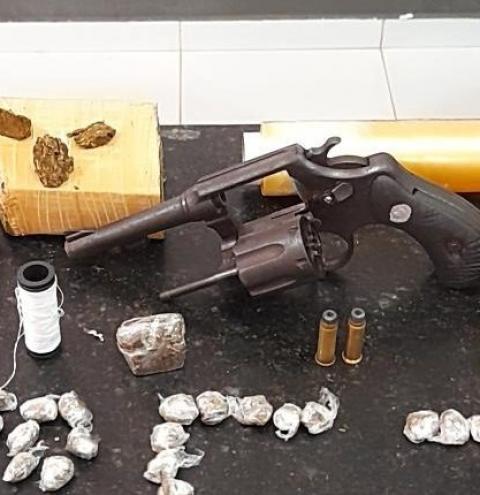 Homem é preso com drogas e arma de fogo por policiais da 4ª Companhia na Cidade Olímpica